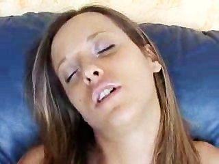 नीले रंग के सोफे पर बड़े स्तन