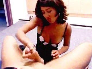 मेरा एशियाई प्रेमिका एक handjob कर रही है