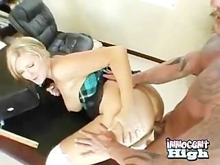 गोरा किशोर उसे गधा जबकि पीछे से घुसा दिया हो रही spanked हो जाता है