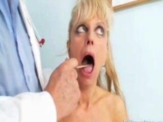 परिपक्व औरत उसे परिपक्व बिल्ली की जांच पाने के लिए आ Anežka