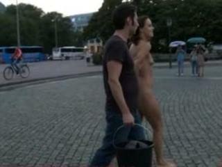 यूरोपीय आकर्षक पूरी तरह से नग्न, नंगे पांव, और सड़कों में ही है