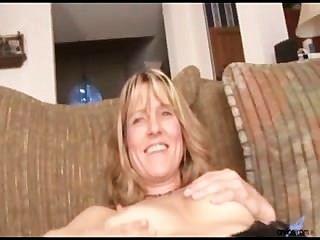 शौकिया milf बर्कली नग्न हो जाता है और संभोग सुख के लिए dildo के सामान