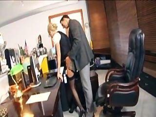चश्मा कार्यालय में अधोवस्त्र में कमबख्त के साथ गोरा सचिव