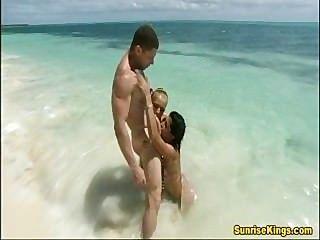 ग्लैमर लड़कियां समुद्र तट सेक्स और cumswap