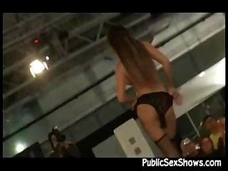 सेक्सी लड़की सेक्स शो के दौरान मंच पर रहते अलग करना