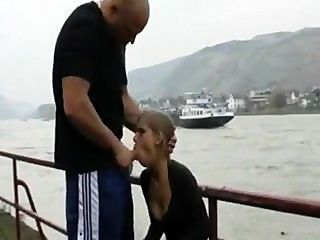 2 लड़कियों को एक नदी के पास सार्वजनिक रूप से बाहर गड़बड़ हो रही है