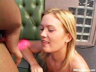 एक dildo के साथ काले और सफेद समलैंगिक यौन संबंध (बेकार कभी वास्तविकता)