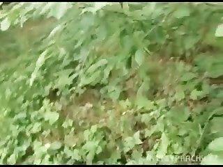 यूरो लड़की सार्वजनिक जंगल में नकदी के लिए bangin