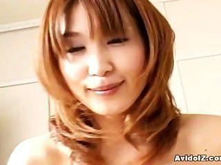 जापानी गृहिणी सही एक blowjob देता है