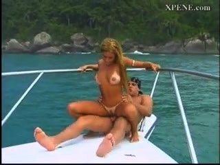 लैटिना एक नाव में मुश्किल कमबख्त