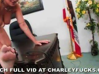डेस्क पर मार्क लकड़ी के साथ चार्ली चेस