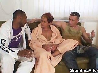 शरारती दादी एक बार में दो लंड लेता है
