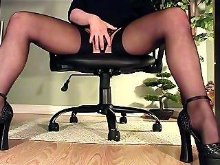 ऊँची एड़ी के जूते और मोज़ा में हस्तमैथुन के डेस्क देखने के तहत सचिव