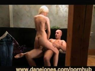 सेक्सी सुनहरे बालों वाली औरत और अच्छी तरह से संपन्न प्रेमी danejones