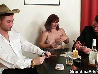 वह पोकर में खो देता है और दो लोगों द्वारा गड़बड़ हो जाता है
