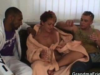 अकेला दादी दो साथी द्वारा pounded हो जाता है