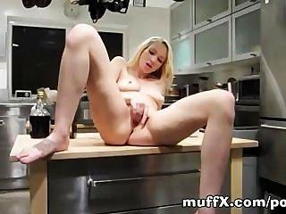 कैसे अपनी कक्षा टेलर रसोई घर में उसकी योनी की मालिश
