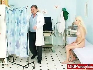 स्कीनी बालों दादी महिला चिकित्सक उपचार