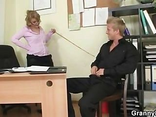 शरारती कार्यालय महिला कर्मचारी बैंग्स