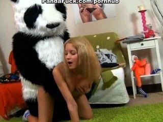 नग्न किशोरों की लड़की भालू के साथ सेक्स पर पट्टा चाहता है