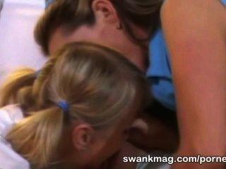 प्रशिक्षक के साथ कामुक टेनिस महिला शेरोन जंगली त्रिगुट बकवास