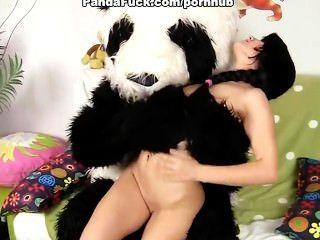 सेक्सी लड़की बड़ी आलीशान भालू के साथ fucks