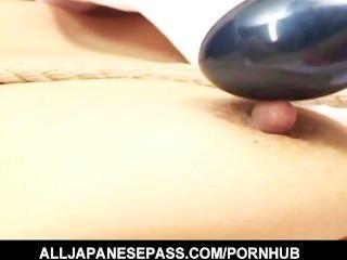 बाध्य जापानी कौगर toyed और पिछवाड़े में गड़बड़ है