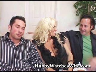 कौगर पत्नी पति घड़ियों के रूप में युवा संवर्धन fucks