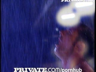 निजी: तेजस्वी संचिका सैंड्रा लोहे बारिश के तहत गड़बड़