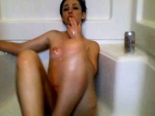 सेक्सी लड़की शॉवर में masturbates