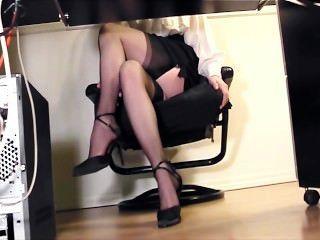जांघ उच्च मोज़ा और ऊँची एड़ी के जूते में कार्यालय में सचिव छूत