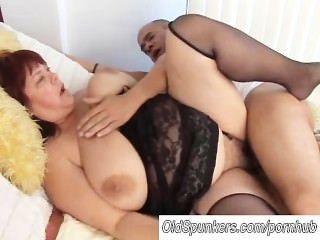 सेक्सी मोज़ा में सुंदर Busty परिपक्व बीबीडब्ल्यू