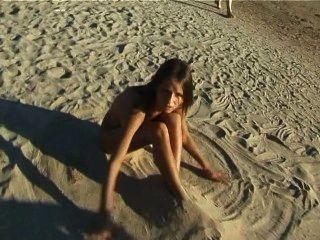सुंदर ताजा का सामना करना पड़ा किशोर समुद्र तट नग्न में खेलता है