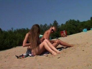नग्न किशोर न्यडिस्ट पानी उसके शरीर को चूमने की सुविधा देता है