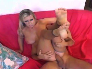 कमबख्त बड़े स्तन के साथ गोरा और नंगा crotchless नाइलन में एक footjob दे रही है