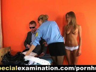 गर्म गोरा पुलिस डॉक्टर से जांच