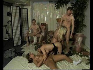 जर्मन लड़कियों को हमेशा orgies में बकवास