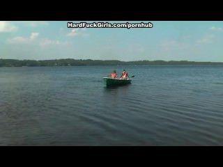 गोरा झील तीन लोगों पर एक नाव में गड़बड़ कठिन