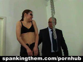 आलसी सचिव बेब उसके मालिक द्वारा spanked हो जाता है