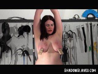 समलैंगिक slavegirl alyss कट्टर बीडीएसएम सत्र में उसकी मालकिन द्वारा अत्याचार