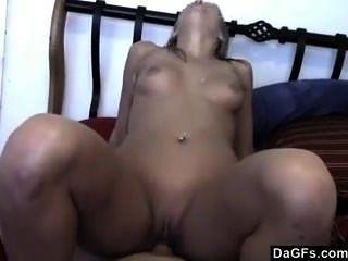 किसी न किसी सेक्स के दौरान उसके बाल खींच रहा है