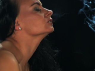 ईवा धूम्रपान करता है