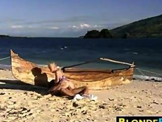 सुनहरे बालों वाली लड़की गुदा समुद्र तट पर गड़बड़