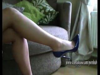 लंबे पैर के साथ सुंदर लड़की सेक्सी नीचे पहनने और हाइ हील्स में बुत stiffens