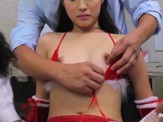 एशियाई छोटे मुंह बनाम क्रिसमस पर बड़ा डिक blowjob