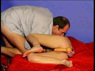 BF GF उसे खिलौने का उपयोग में मदद करता है