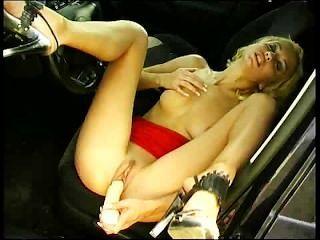 कार में गोरा फूहड़ dildo ramming