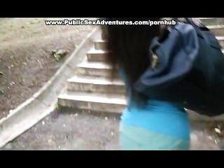 युवा लड़की एक सार्वजनिक सड़कों में उसे स्तन से पता चलता है