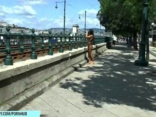 मीठा बेली जनता सड़कों पर उसे सेक्सी नग्न शरीर से पता चलता है