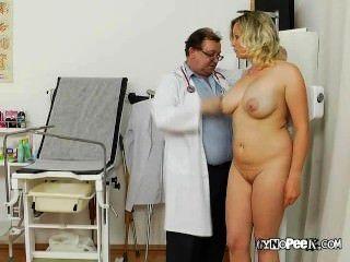 कैथी उसे भारी डॉक्टर से जांच स्तन हो जाता है